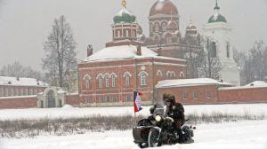 Sylvain Tesson et Cédric Gras passent devant le monastère de Borodino.