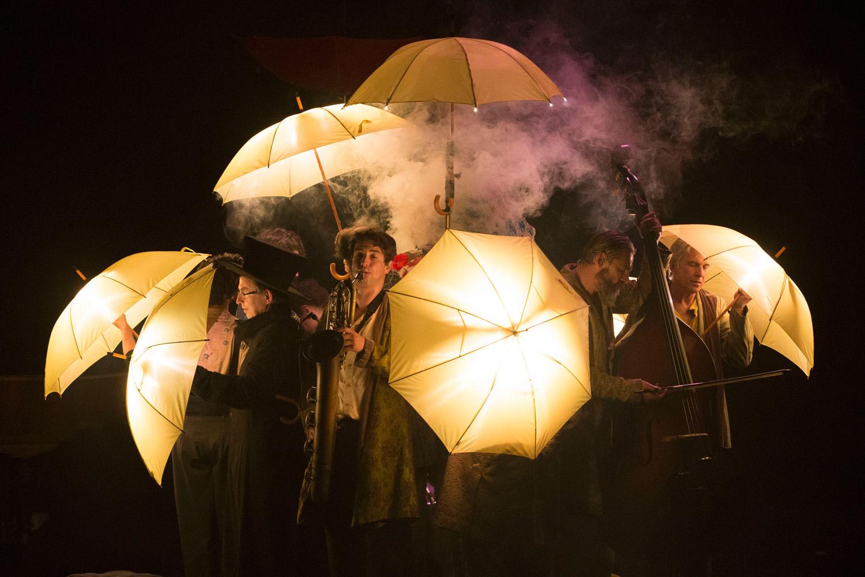 Imagage de La dernière saison du Cirque Plume, musiciens et parapluies