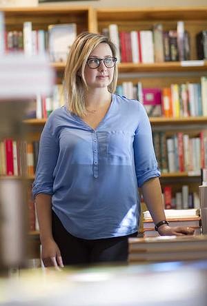Portrait de Hannah Kent dans une librairie